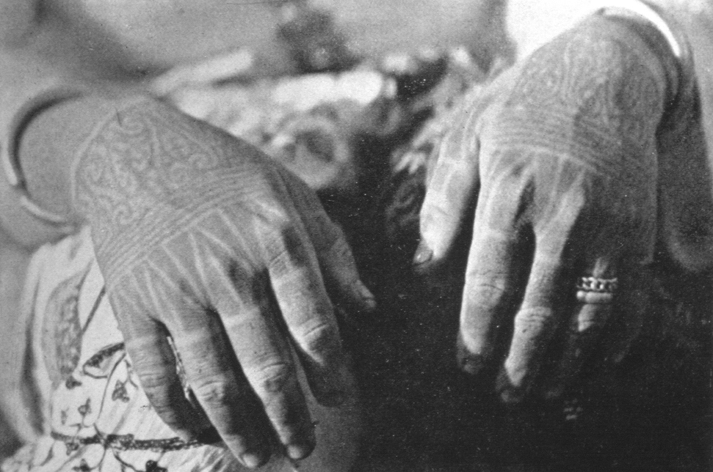 Tattoos were handtapped onto the fingers of Kayan women in various patterns. Black spikes running from the knuckles to mid-digits were a fairly common design. This motif, called song irang ('shoots of bamboo'), expresses a connection between plant life and fertility while the anthropomorphic (kalong kelunan) and animal designs (tingan, aso') on the wrist and back of the hand represent protective spirits.