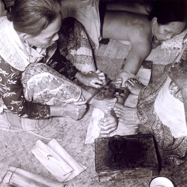 Most Kayan tattooing ceased over 40 years ago, and I could find no living traditional artists on the Rejang River in 2002. This photo shows one of the last Kayan tattooists working in 1951. Photograph courtesy of the Sarawak Museum.