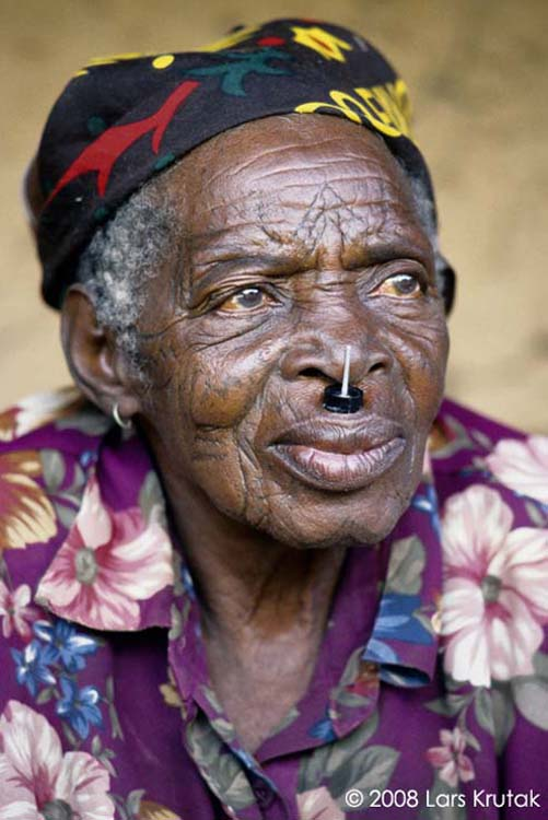 At one time, women's facial tattoos were almost as common as the ndona, or upper lip labret. Makonde labrets are made of black ebony and an upright needle passing close to the nose is usually inserted in its center. This was a sign that the woman had achieved marriageable age. Labret holes were first pierced through the upper lip during a girl's initiation and enlarged over time.